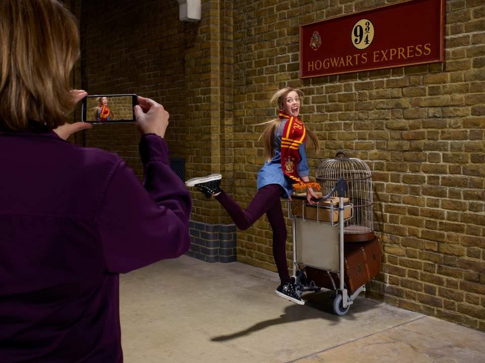 girl in platform 9 3/4 in Warner Bros. Studio Tour London